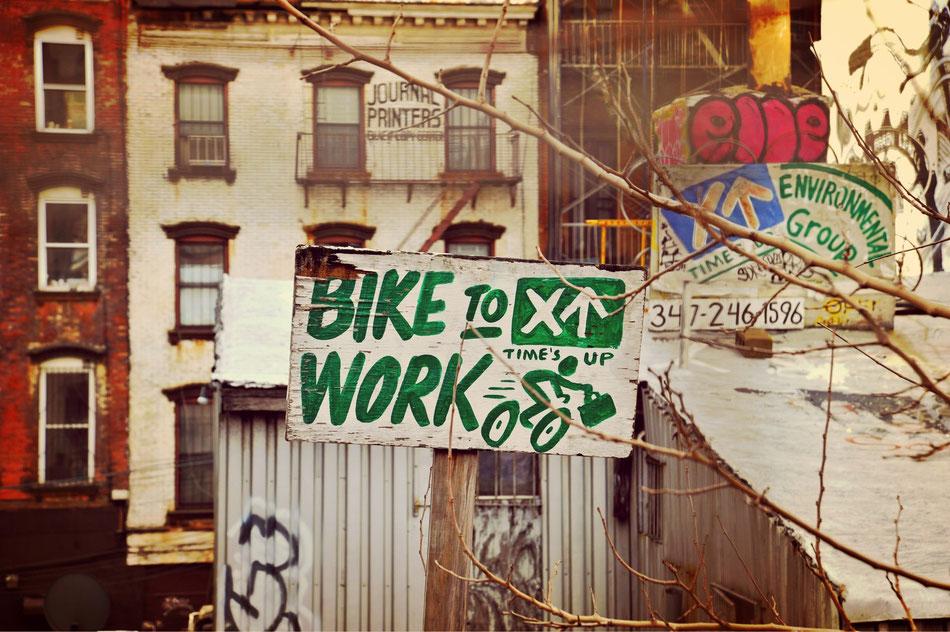 Bike to work. Schild direkt hinter der Williamsburg Brücke auf dem Weg nach Brooklyn in NYC.
