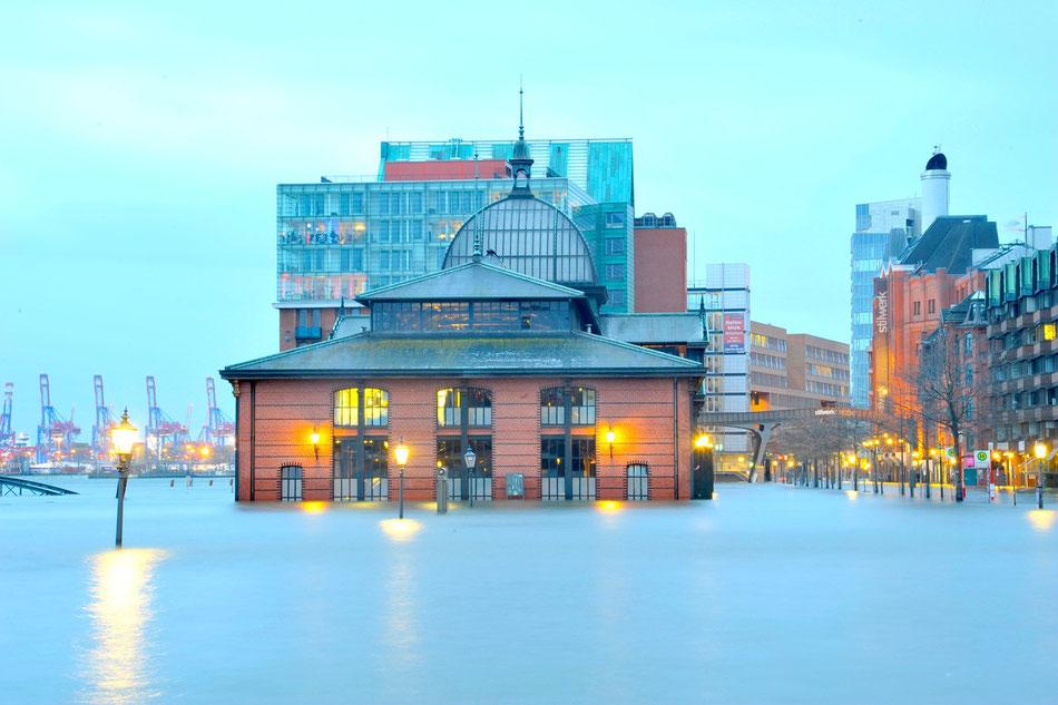 Sturmflut bei der Altonaer Fischauktionshalle. Sturmflut Hamburg.