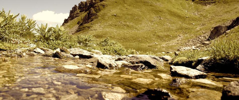 Eiskaltes Wasser im Bergsee Wanderung Bergtour in der Schweiz