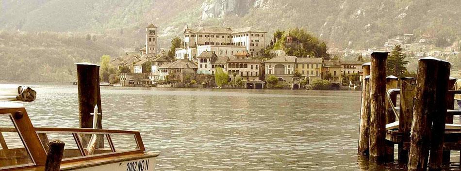 Lago d´Orta in Italien. Der Ortasee liegt im Piemont in Norditalien. Der Orta See liegt westlich des Lago Maggiore. Der Sacro Monte d`Orta ist in die Liste des Weltkulturerbe der UNESCO eingetragen.