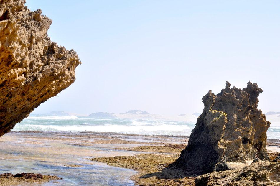 Die Strände sind feinsandig und breit und in beiden Richtungen nahezu menschenleer. Besonders schön ist der nördliche Strand mit seinen Felsenpools, in denen sich bei Ebbe zahllose kleine Fische, Krabben und sogar Oktopusse tummeln.