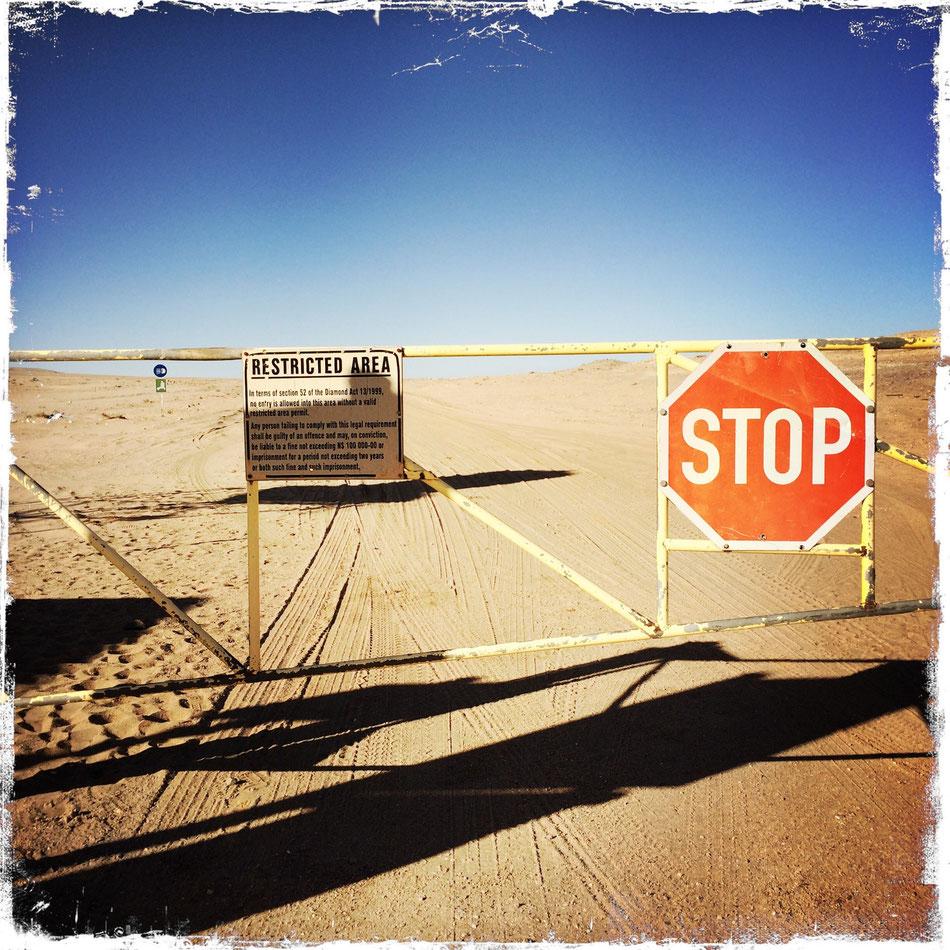 Einfahrt in das Diamantensperrgebiet bei Lüderitz.
