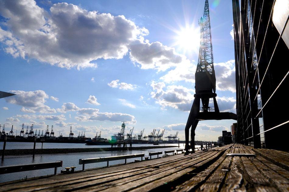 Kran beim Dockland Bürogebäude in Hamburg an der Elbe in der Nähe des ehemaligen England-Fähranlegers im Stadtteil Altona-Altstadt.