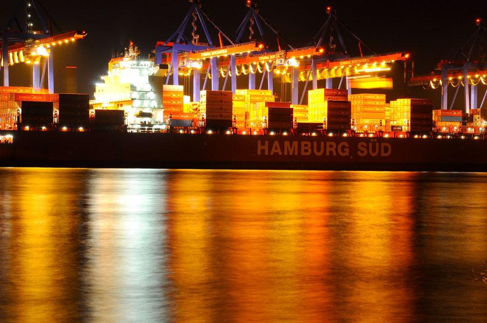 An der Strandperle mit dem Blick auf Hamburg Süd