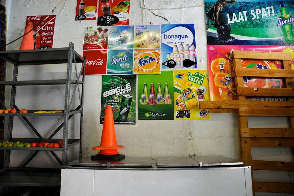 Kiosk im Bo Kaap Viertel in Kapstadt. Viele der Häuse sind farbenfroh gemalt und teilweise wirkt es als wäre die Zeit stehen geblieben.