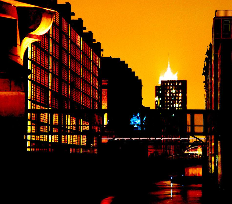 Die Elbphilharmonie im Hamburger Hafen. Die Elbphilharmonie liegt auf dem Kaispeicher A, einem ehemaligen Kakao-, Tee- und Tabakspeicher inmitten des Hamburger Hafens.
