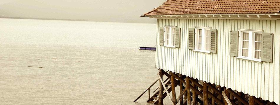 Altes Badehaus am Bodensee, den dem Regenwetter bleiben wir lieber unter dem Schirm...