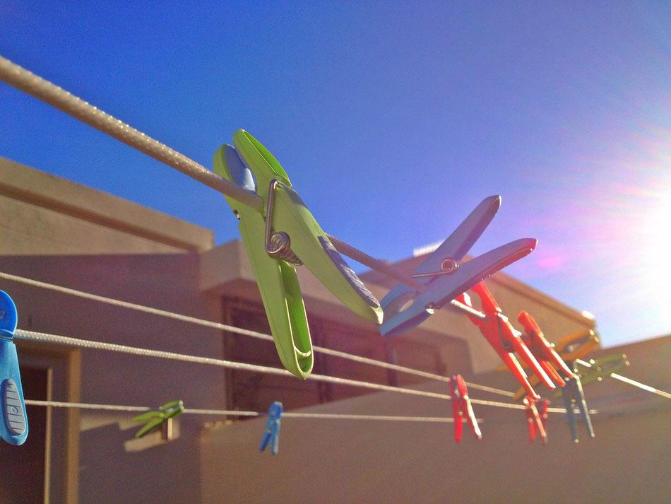 Wäscheklammern auf der Wäscheleine am sonnigen Morgen in Kapstadt, Bantry Bay.