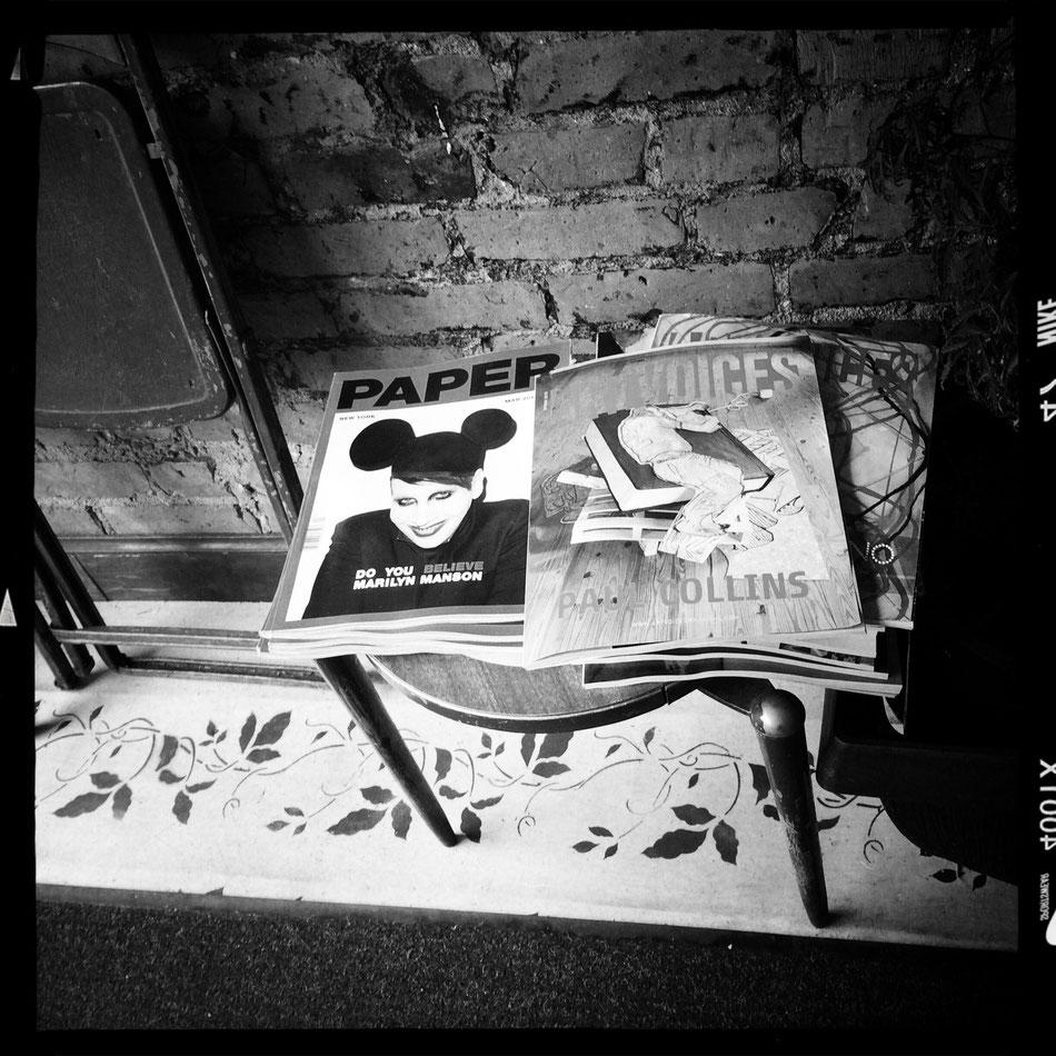 Kleines Cafe irgendwo in Williamsburg als wir auf der Suche nach sehenswerten Graffitis sind. Marilyn Manson auf dem Cover der Paper.