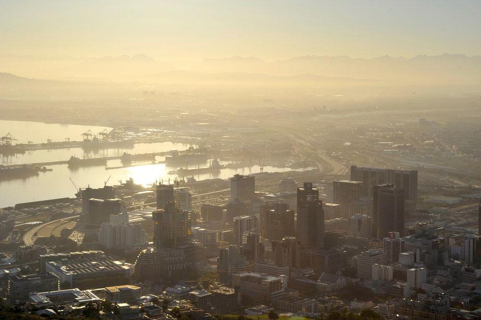 Blick vom Signal Hill auf Kapstadt im Morgengrauen.
