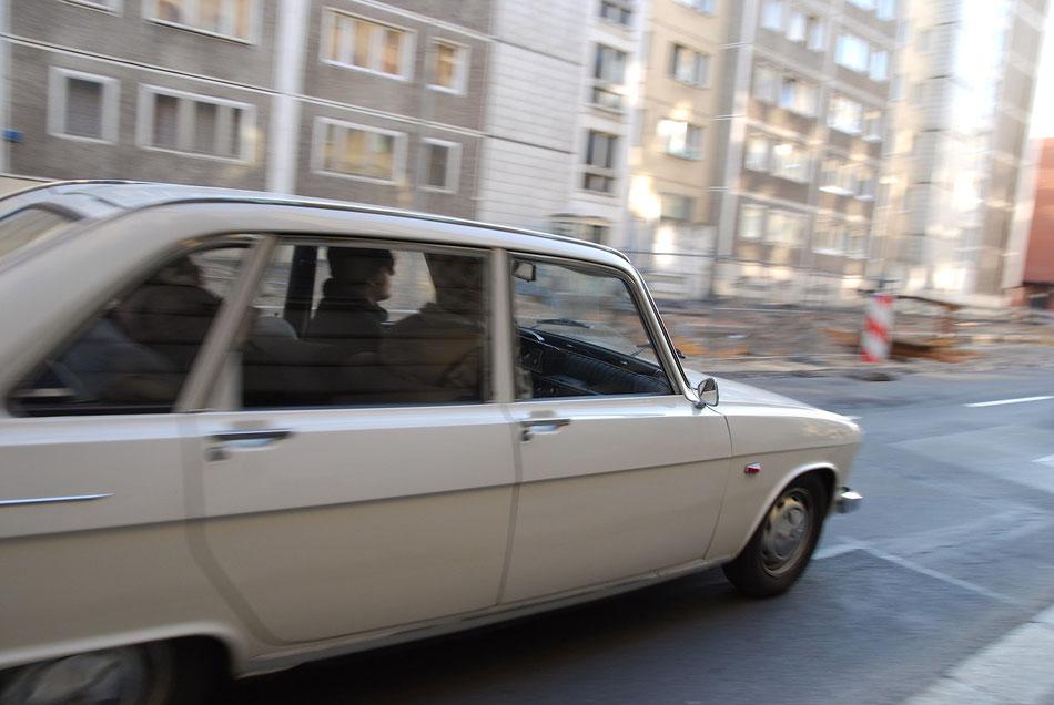 im stilvollen Look der 70s mit dem Renault 16 durch Berlin.