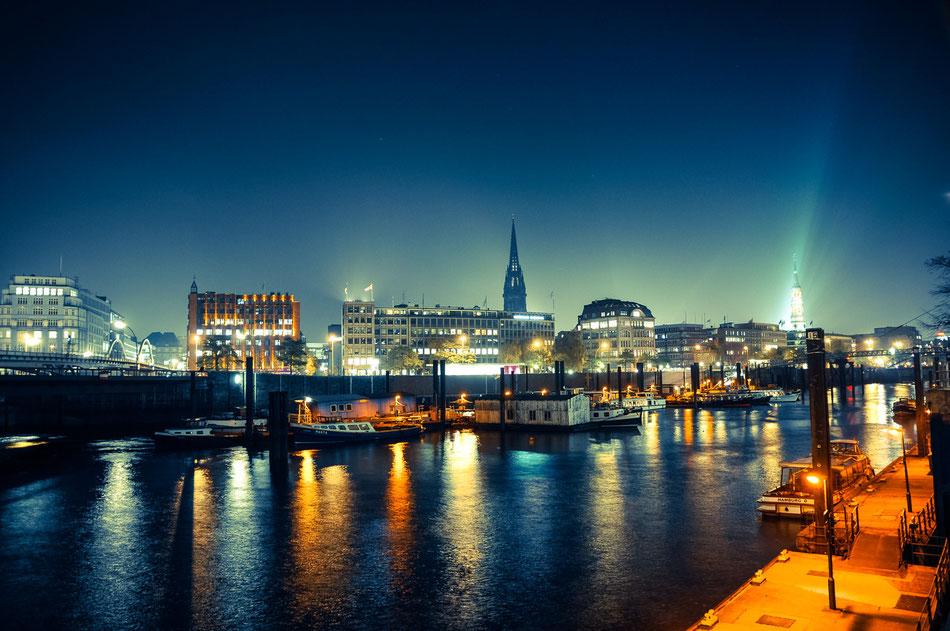 Blick auf die Hamburger Innenstadt über den Binnenhafen.