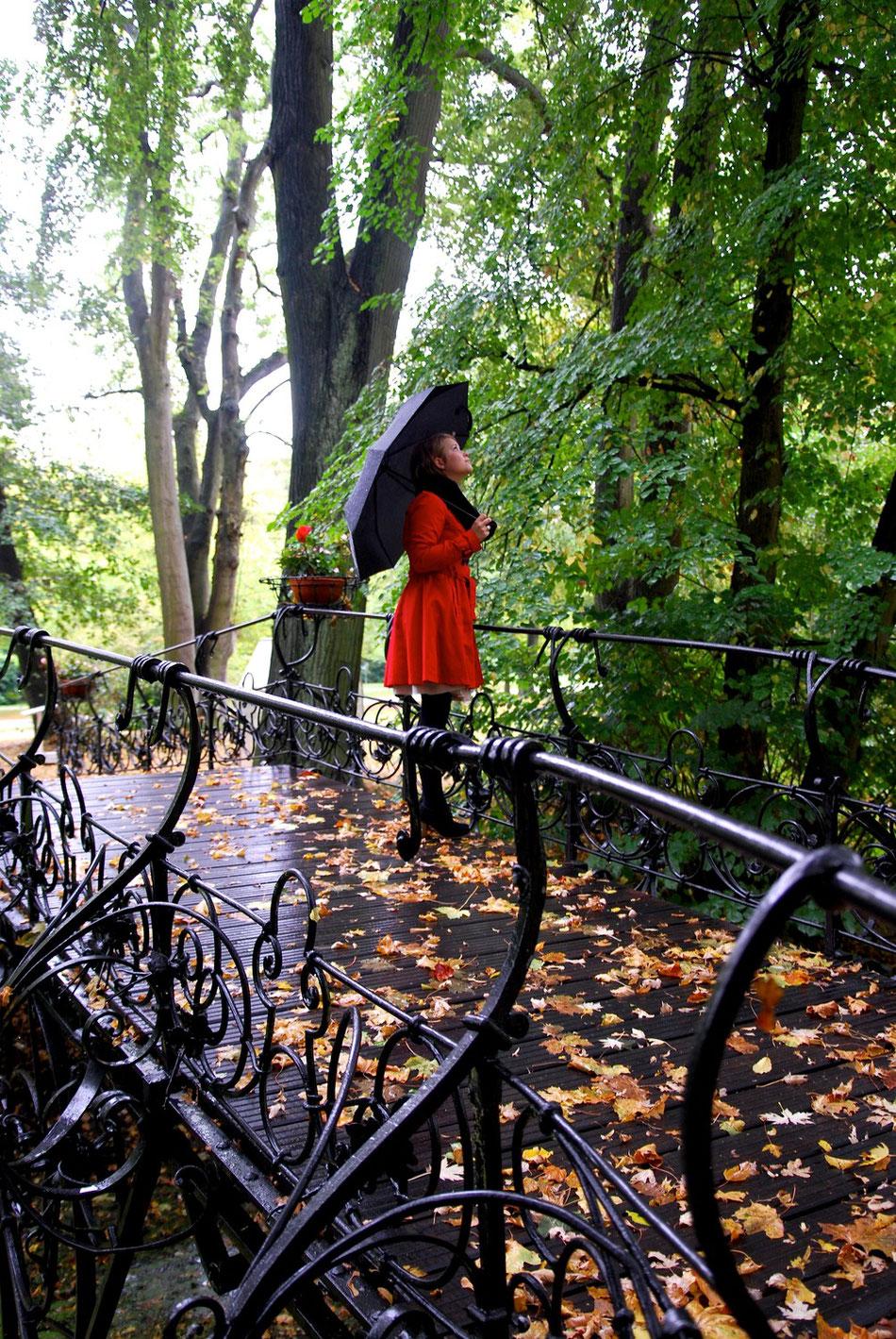 Jugendstil Brücke mit rotem Mantel in Hamburg
