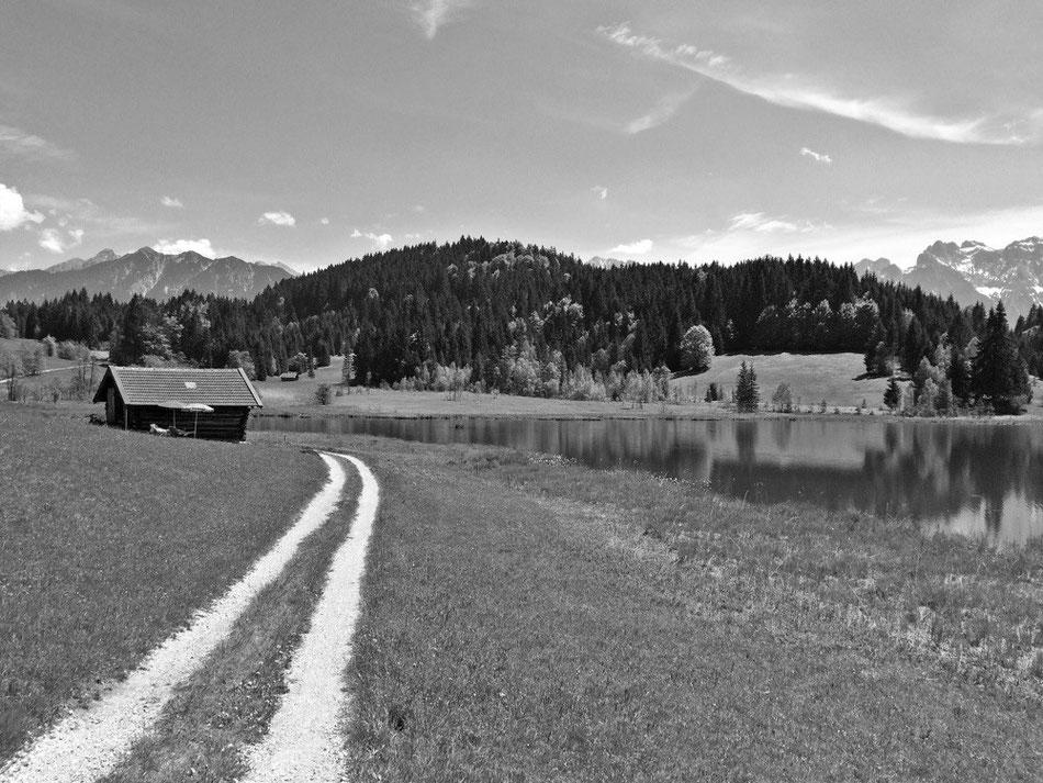 Badehäuschen am Wagenbrüchsee mit Blick auf den Karwendel