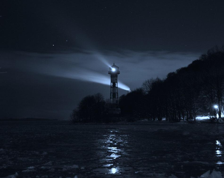 Nachts in Wittenbergen bei Leuchtturm am Strand mit Einsschollen in Hamburg