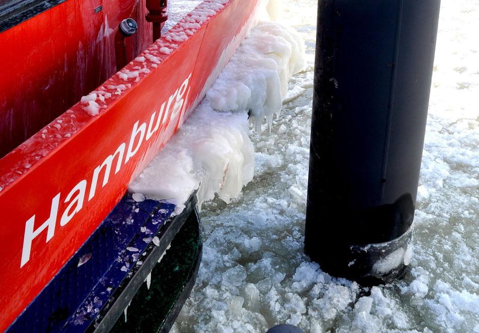 Hamburg mit Eisgang im Hafen