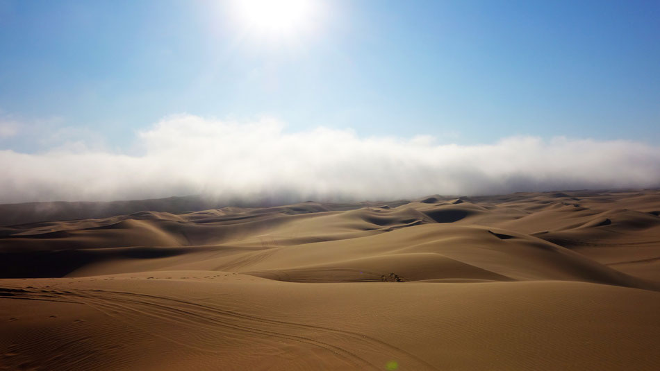 Feuchter Nebel zieht von der Küste in die Wüste bei Swakopmund.