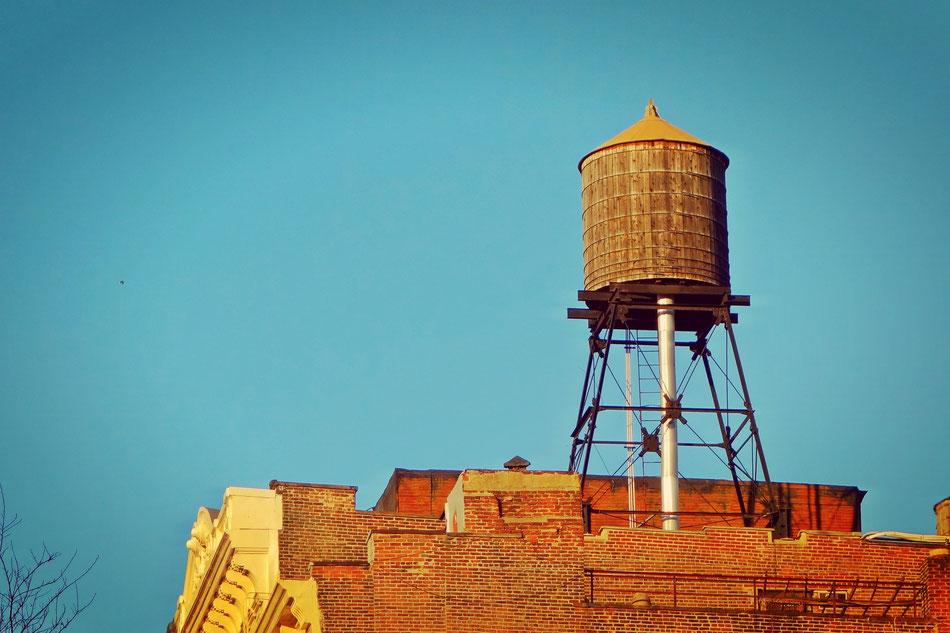 Die alten Wasserspeicher prägen immer noch das Gesicht von New York.