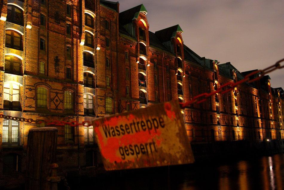 Mit Beginn der Dämmerung werden in der Hamburger Speicherstadt die Backsteingebäude und die Stahlbrücken von 800 Scheinwerfern beleuchtet. Für Touristen und Fotografen ein Highlight in der Hansestadt.