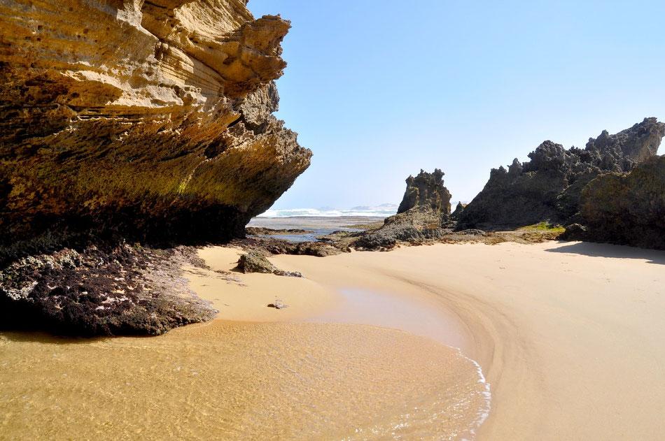 In Kenton-on-Sea gibt es einen ausgedehnten Strand zwischen den Mündungen der beiden Flüsse Kariega River und Bushman's River in den Ozean. Kenton-on-Sea hat ein tollen Sandstrand und die zahlreichen Felsbrocken sind sehr fotogen.