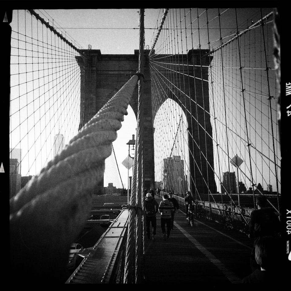 Brooklyn Bridge in NYC ist eine der ältesten Hängebrücken in den USA. Sie überspannt den East River und verbindet die Stadtteile Manhattan und Brooklyn.