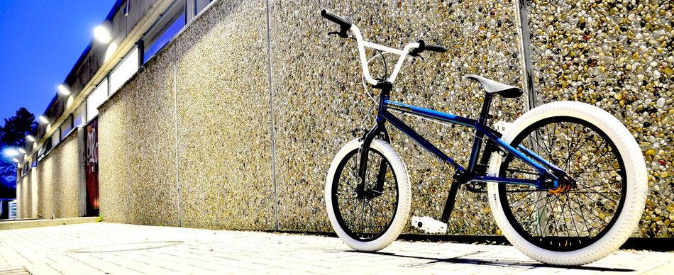 Seit 1988 ist die kleine Kultschmiede KHE Bikes aus Karlsruhe im Markt aktiv. Neben Bikes werden viele Teile wie Gabeln, Pedale, Reifen, Tretlager, Felgen usw. angeboten.
