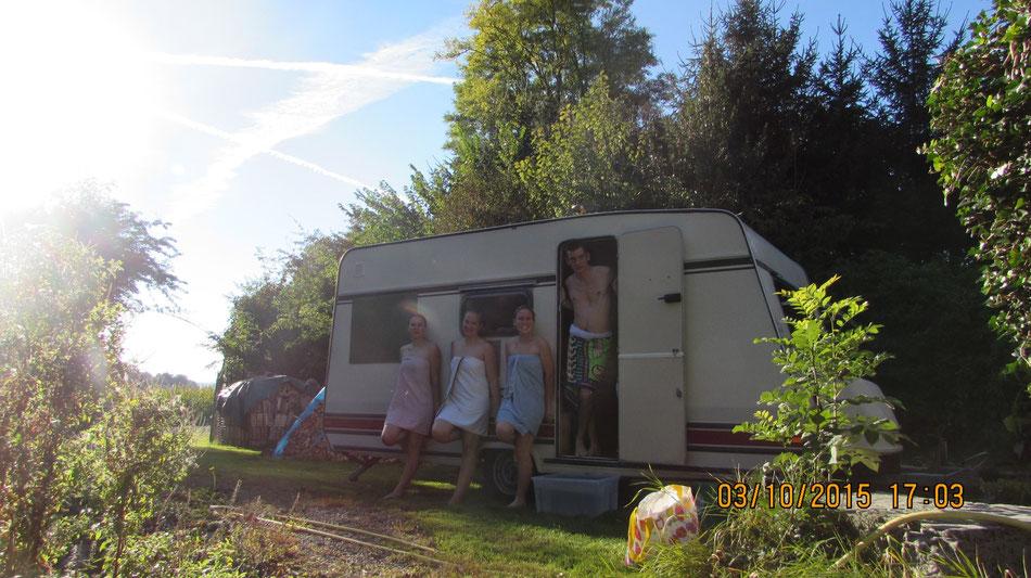 Sauna im Wohnwagen. am See. egalwo.sauna. saunawagen.mobile sauna.wearesaunah.wearesauna.wohnwagensauna.finnischsesauna.holzofen.holzofensauna.erholung.freunde.geburtstagsgeschenk.geburtstag.überraschung