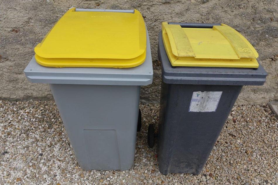 À gauche, le bac de 240 litres. À droite, le bac d'occasion de 120 litres.