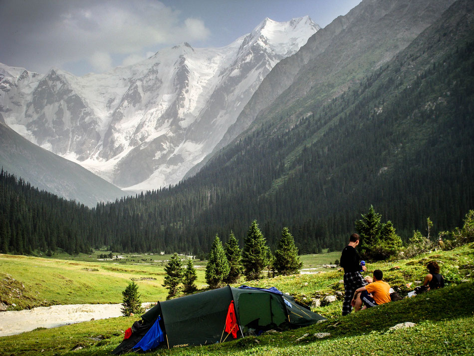 Our camp in the Jeti-Oguz valley and the view straight to the about 5000 m high Oguz-Bashi.
