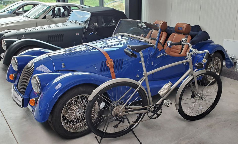 Pashley Morgan 110 neben einem Morgan 110 bei Klassik Sportwagen Heinz Wennekamp GmbH & Co. KG in Hamlen.