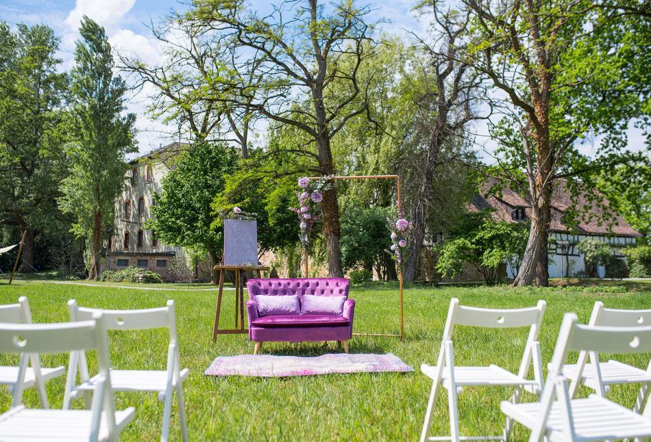 Freie Trauzeremonie im Gut Rehbach in der Pfalz mit Traubogen und Hochzeitdeko.