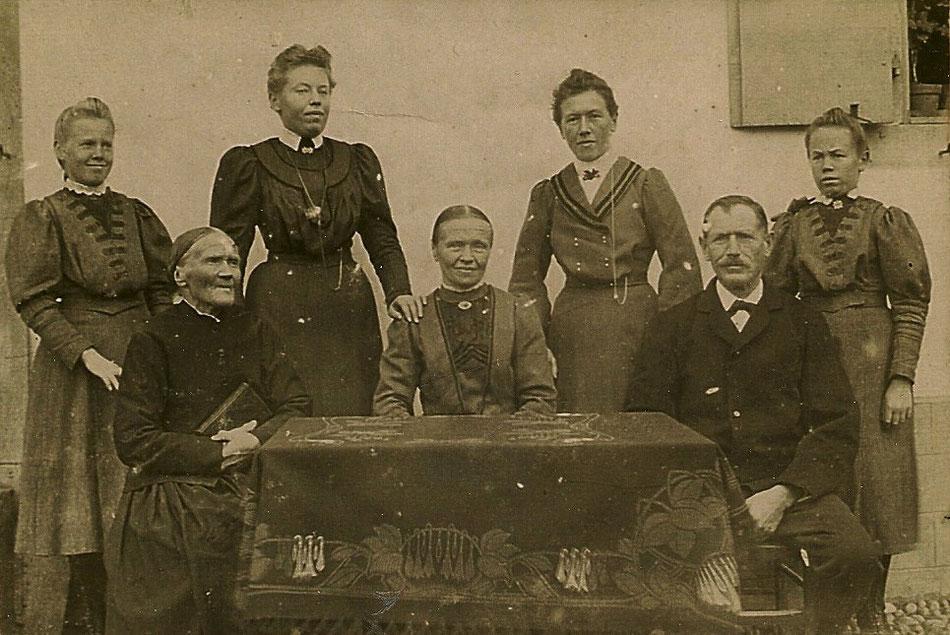 Famille FUCHS au début du 20ème siècle . Assis de gauche à droite, Marie Barbe REINHART, sa fille Barbe EHRHARDT et son époux Mathias FUCHS. En haut, les quatre filles du couple : Frieda, Barbe, Marie et Anna