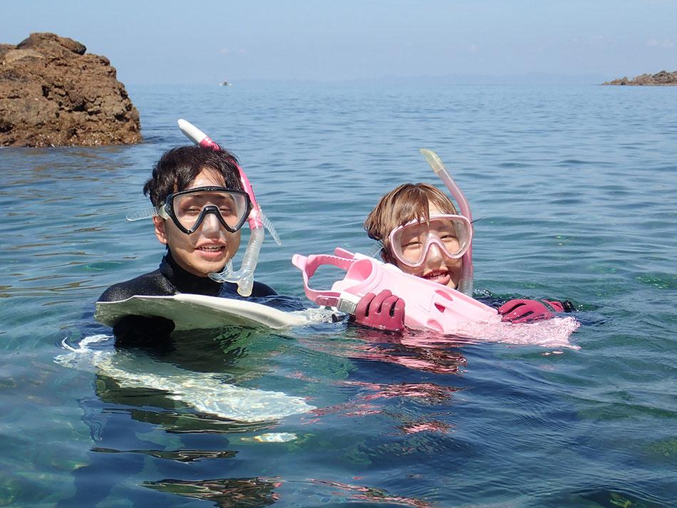 シュノーケリングの名前の由来は、水中眼鏡(マスク)に付けるシュノーケルから来ています。