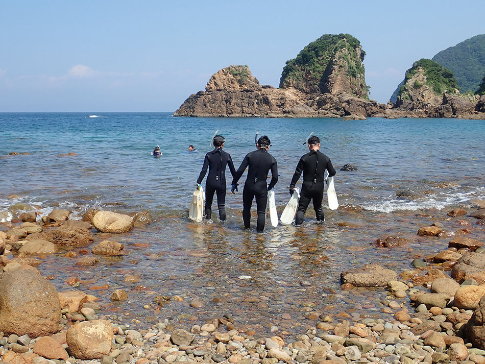 この辺りまでで一旦休憩が必要な方は休憩してもらいます。休憩が不要な方たちはそのままフィンを装着して、フィンで泳ぐ練習を5分ほど行います。