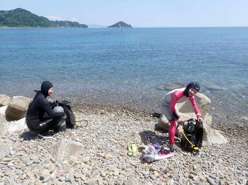 波打ち際など、海のすぐ近くで器材のセッティングをやりますので、女性でも安心です。