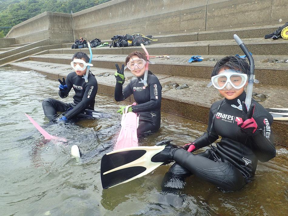 フィンのはき方・脱ぎ方・泳ぎ方を覚えたら自由時間です。適度に休憩をしながら、必ず2人1組か3人1組になってご自由に天草の海とお魚たちを楽しんで下さい。