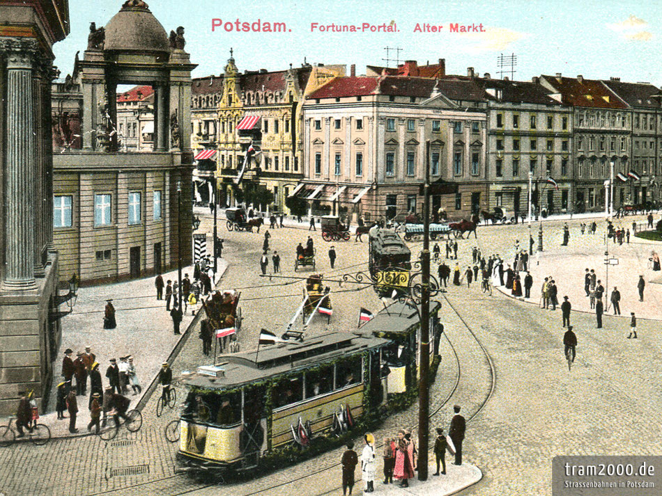 Die beiden Eröffnungszüge der elektrischen Straßenbahn am 22. September 1907 auf dem Alten Markt in Potsdam.