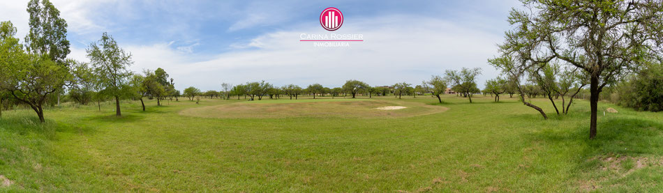Carina Rossier Inmobiliaria vende lotes en Club de Campo Los Bretes, Colón, Entre Ríos. En esta imagen se puede observar parte de la cancha golf que posee el barrio.