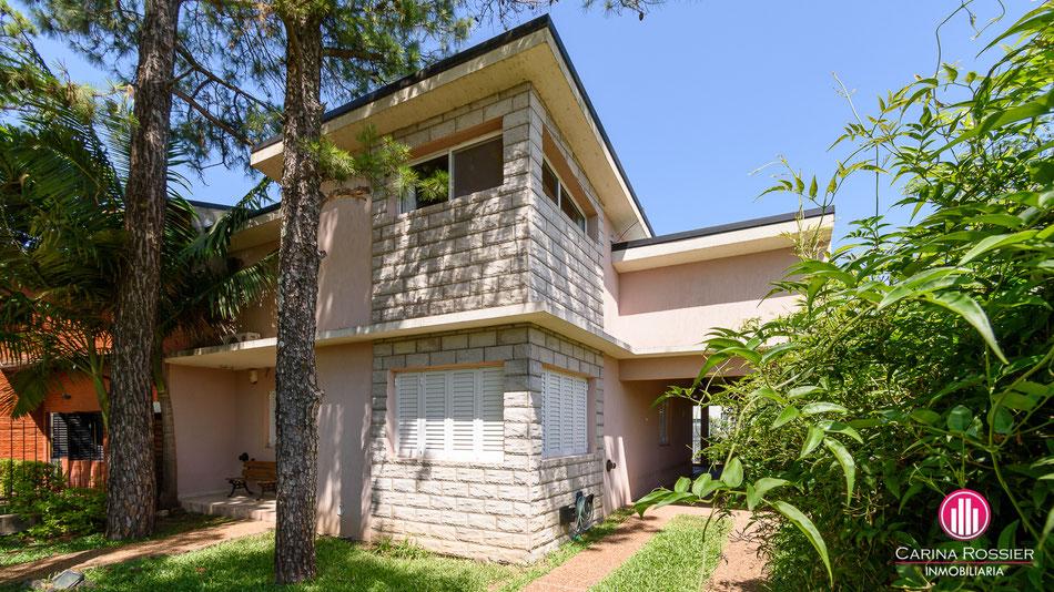 Carina Rossier Inmobiliaria vende casa en Colón, Entre Ríos. Se vende casa amplia en Colón Entre Ríos, ubicada a solo 500 metros de playas Sur e Inkier.