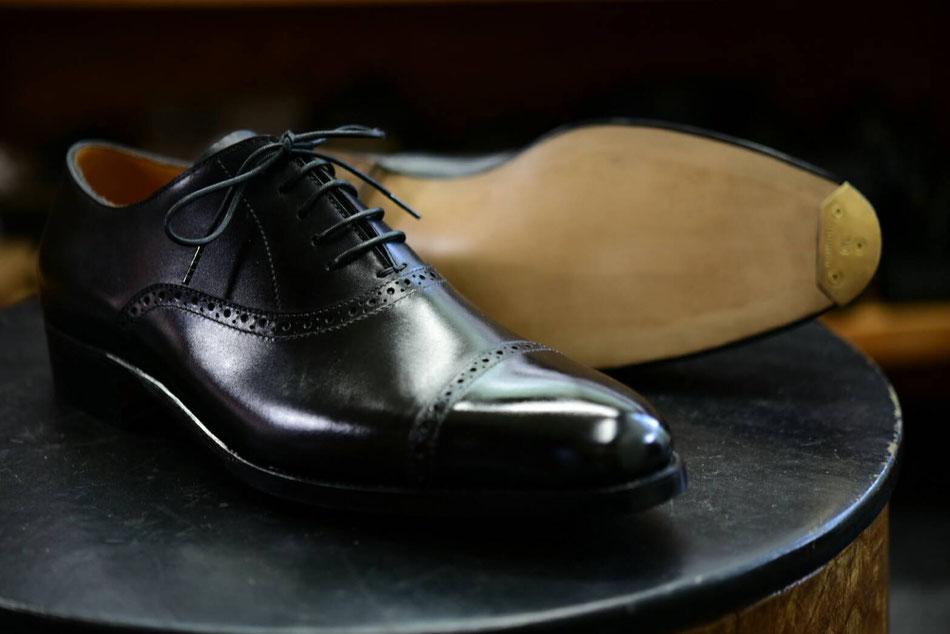 黒の紳士靴。パンチドキャプトゥ。ワインハイマー革使用。レザーソール。つま先にスチール。