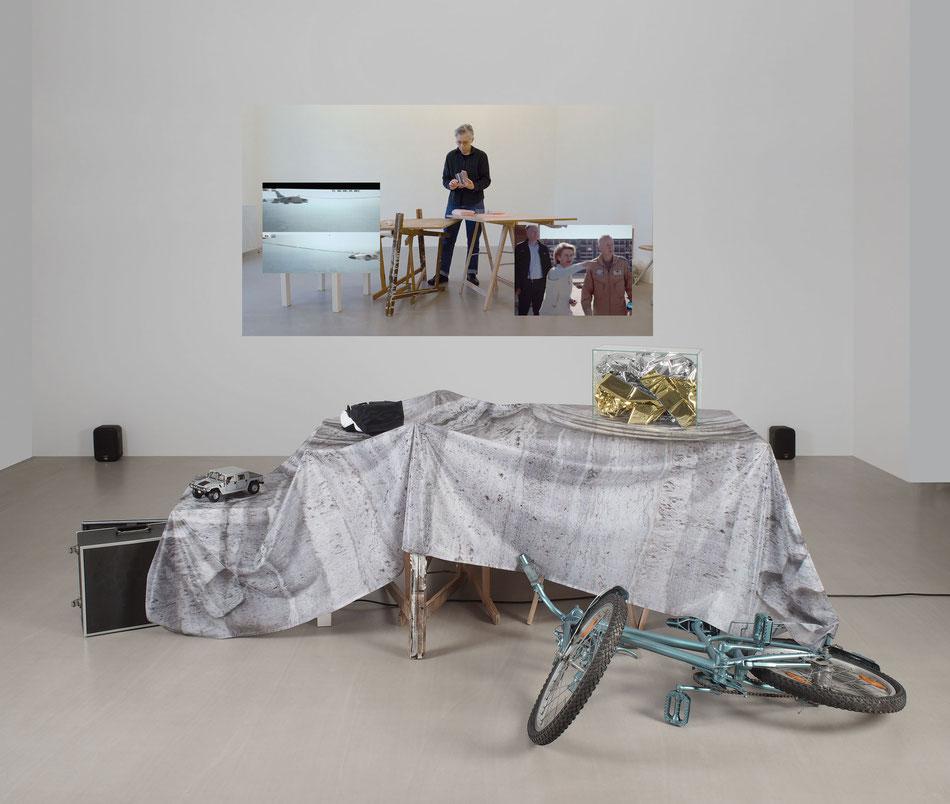 Doris Frohnapfel, 2018 Bewaffnete Götter Filminstallation, 90 x 300 x 200 cm