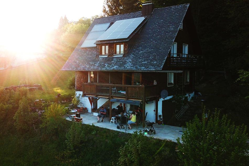 Auf der Terrasse mit Panoramablick des Ferienhaus Am Wäldle im Hochschwarzwald kann bei Sonnenuntergang gegrillt werden.