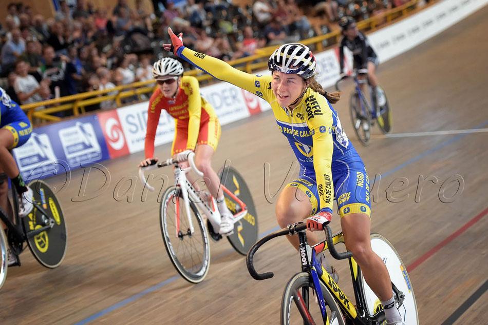 Elise Delzenne rayonnante elle gagne sa deuxième médaille d'or