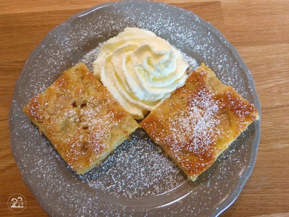 Apfelkuchen gebacken mit Schlagsahne