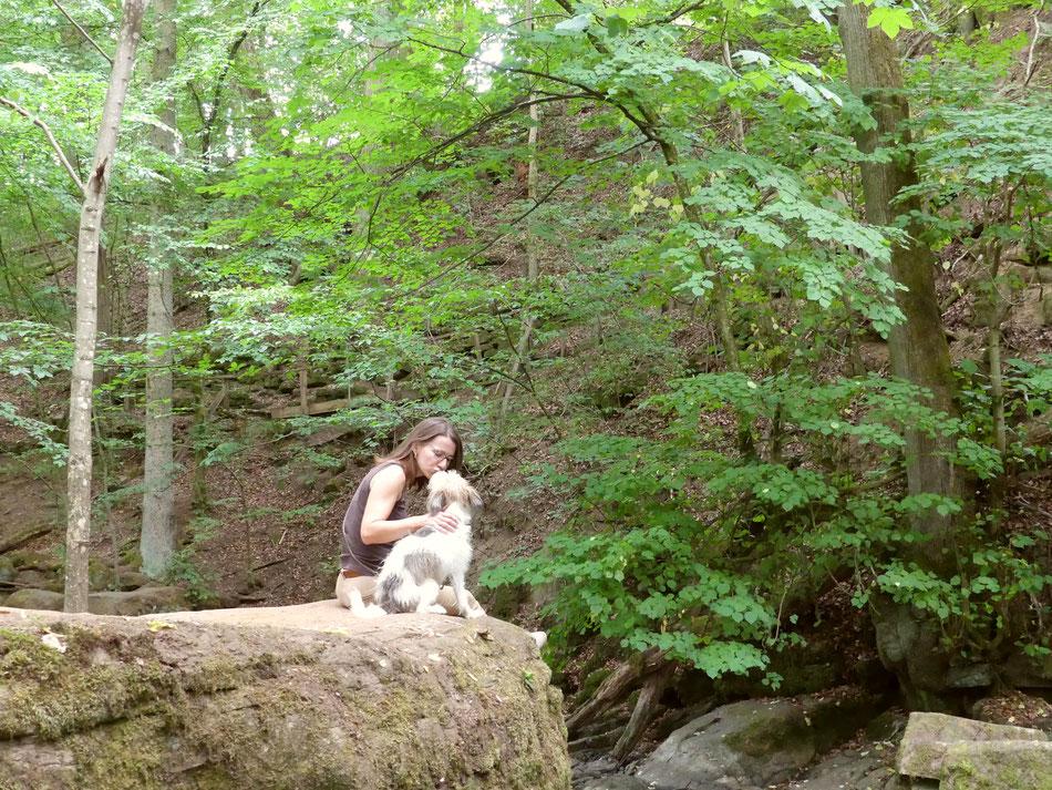 Leni und Toni wandern mit ihrem Hund Clara durch die Holzbachschlucht im Westerwald