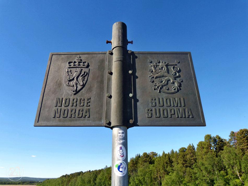 mit dem Wohnmobil ans Nordkapp, Schild an der Grenze zwischen Finnland und Norwegen mit der Aufschrift Norge und Suomi
