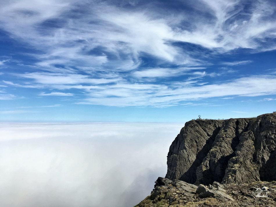 mit dem Wohnmobil ans Nordkapp, Blick auf den Felsen vom Nordkapp mit berühmter Weltkugel vor schönem Wolkenhimmel