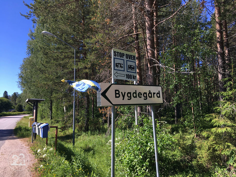 Mit dem Wohnmobil nach Norwegen, Zwischenstopp auf Stop Over Platz in Schweden, Hinweisschild zum Stellplatz am Dorfgemeinschaftshaus