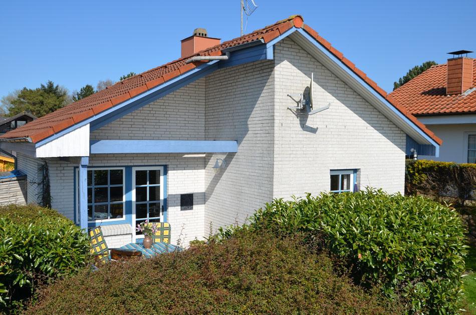 Ferienhaus Haus Häuschen Klinkerhaus verklinkertes weißes Haus mit blauen Balken