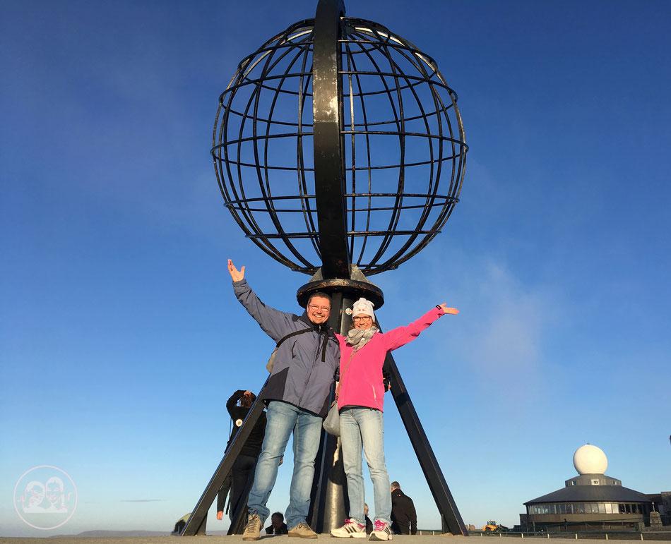 mit dem Wohnmobil ans Nordkapp, Leni und Toni vor der berühmten Weltkugel am Nordkapp in Norwegen
